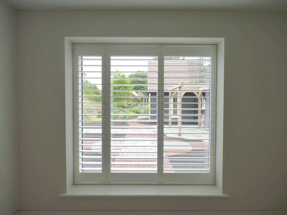 Window shutters with hidden tilt rods